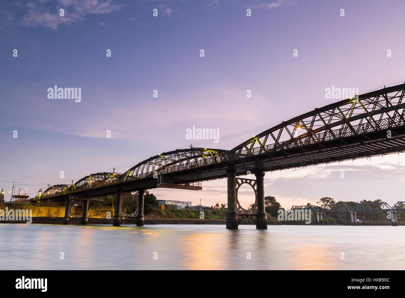 Die denkmalgeschützte Burnett Bridge in der Dämmerung.  Bundaberg, Queensland, Australien Stockbild