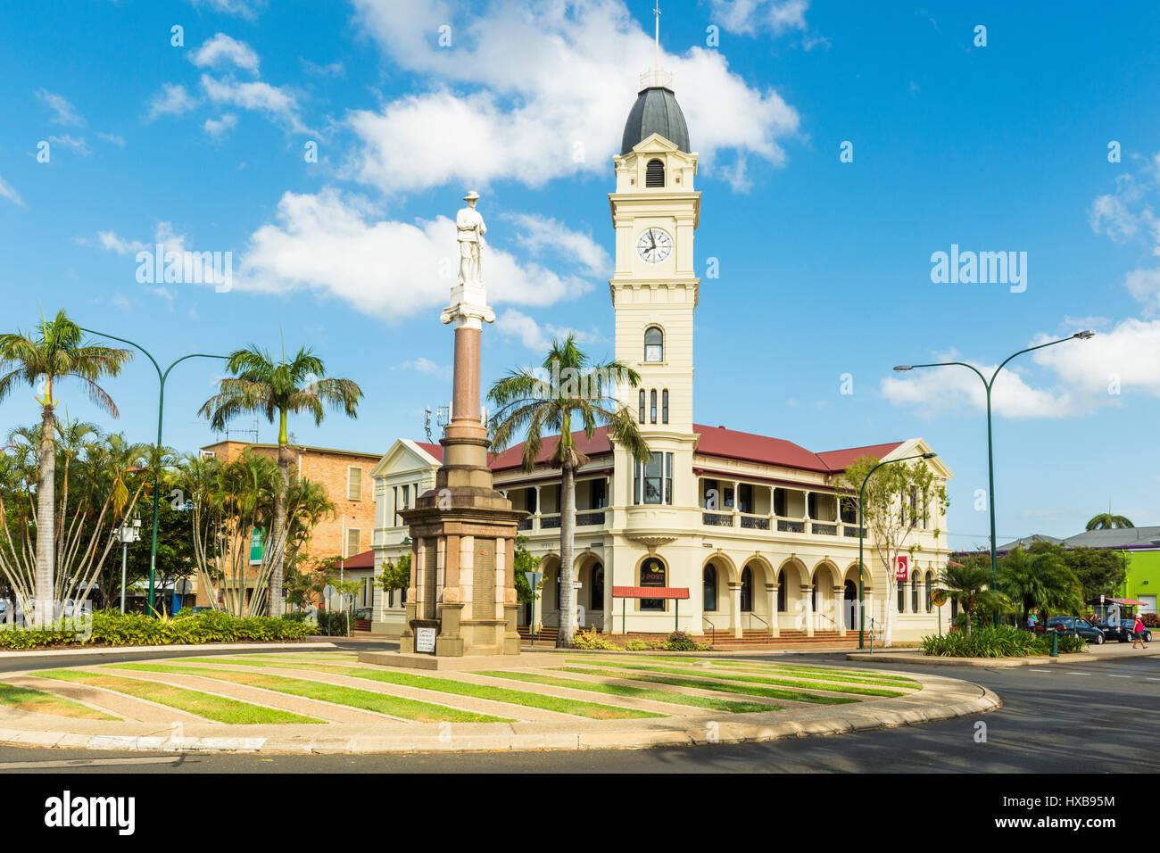 Das Postamt Bundaberg und Uhrturm, zusammen mit dem Kriegerdenkmal Cenotaph im Zentrum Stadt.  Bundaberg, Queensland, Stockbild