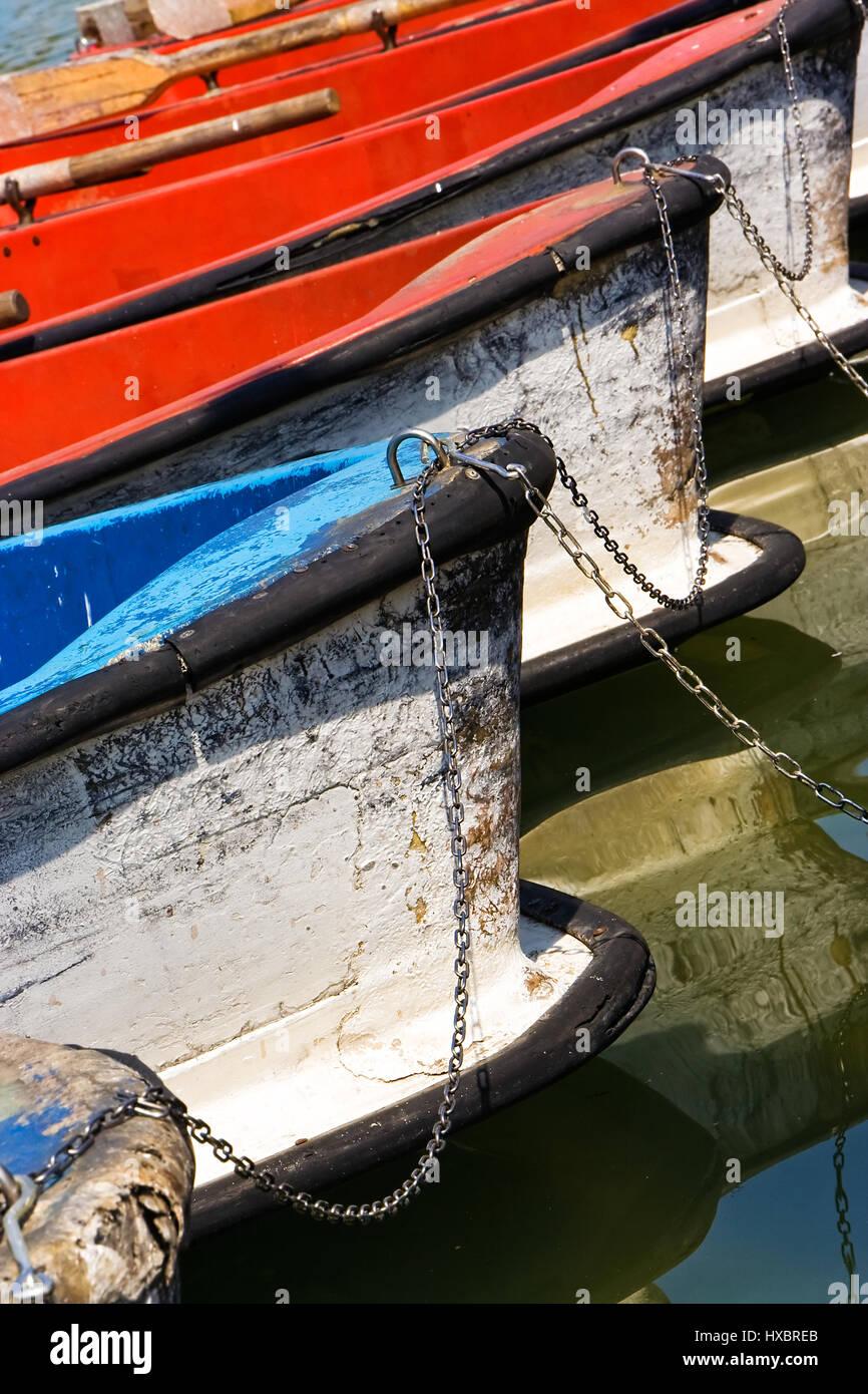 Boote warten im Teich mit einer Kette gefesselt. Vertikales Bild. Stockfoto