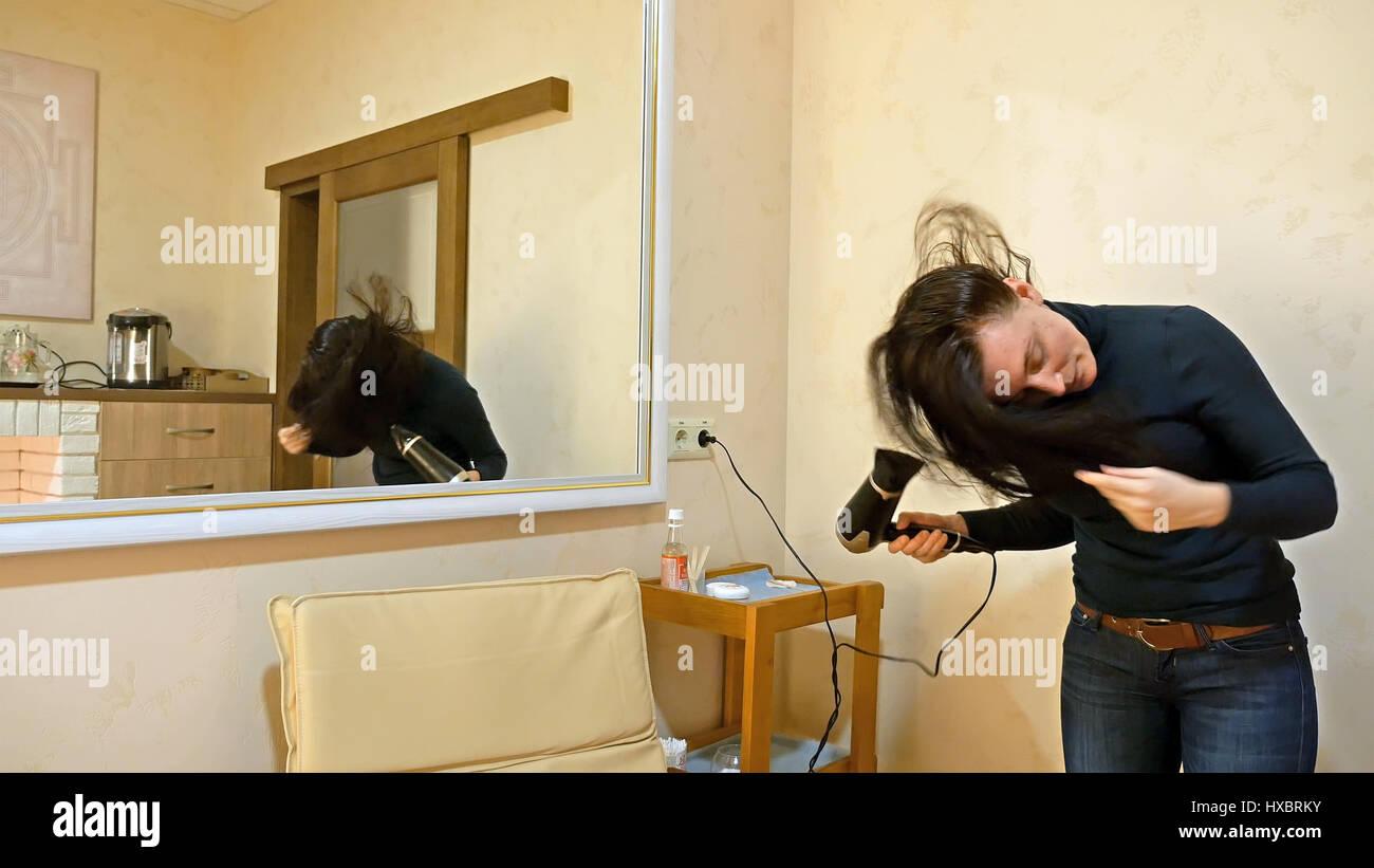 Hübsche Frau lange Haare im Schminkraum trocknen Stockbild