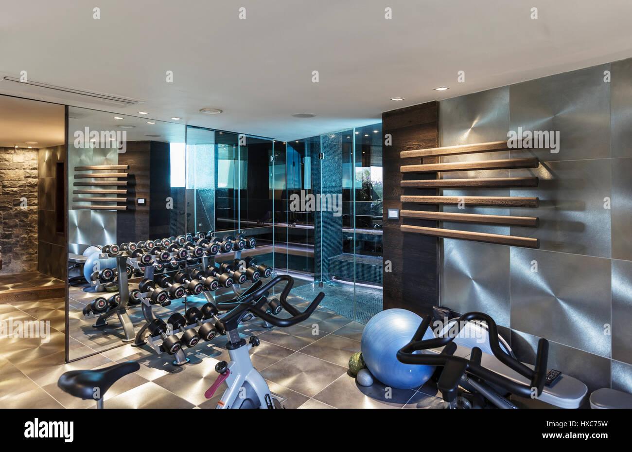 Fitnessraum Mit Geräten In Modernem Luxus Nach Hause Designer Einrichtung  Stockbild