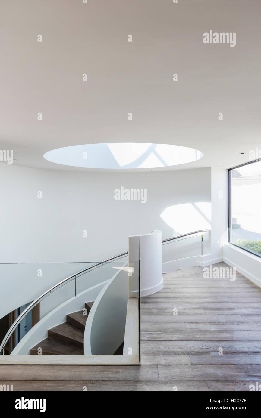 Runde Oberlicht an Spitze der Treppe im modernen Luxus-home Designer ...