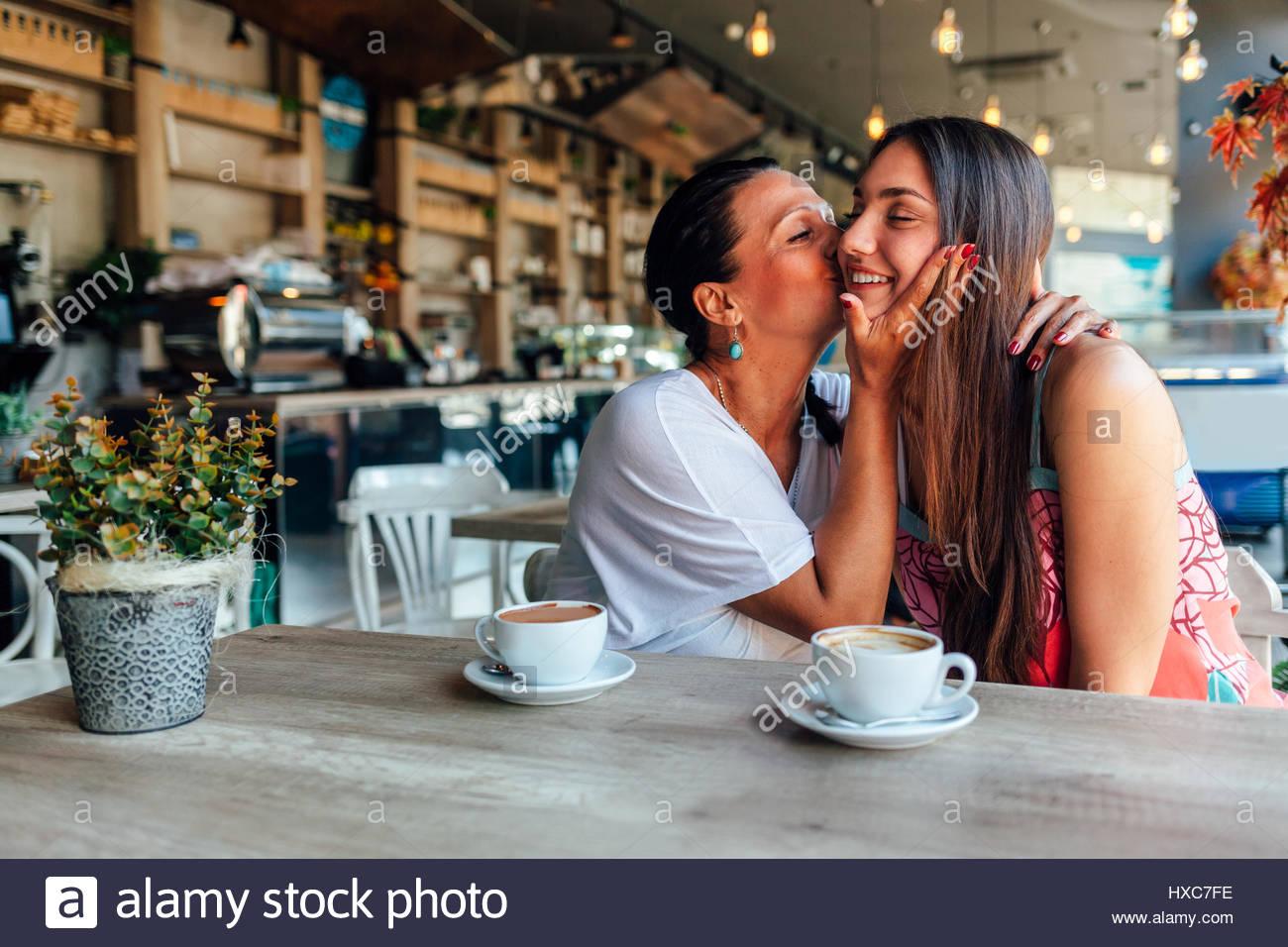 Liebe Mutter und Tochter. Glückliche Frauen in ein nettes Café mit textfreiraum auf unscharfen Hintergrund. Stockbild