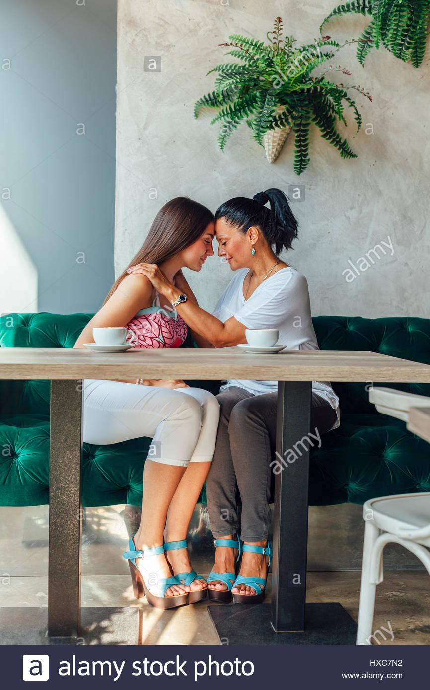 Liebe Mutter und Tochter, Emotionen mit Kaffee. Stockbild