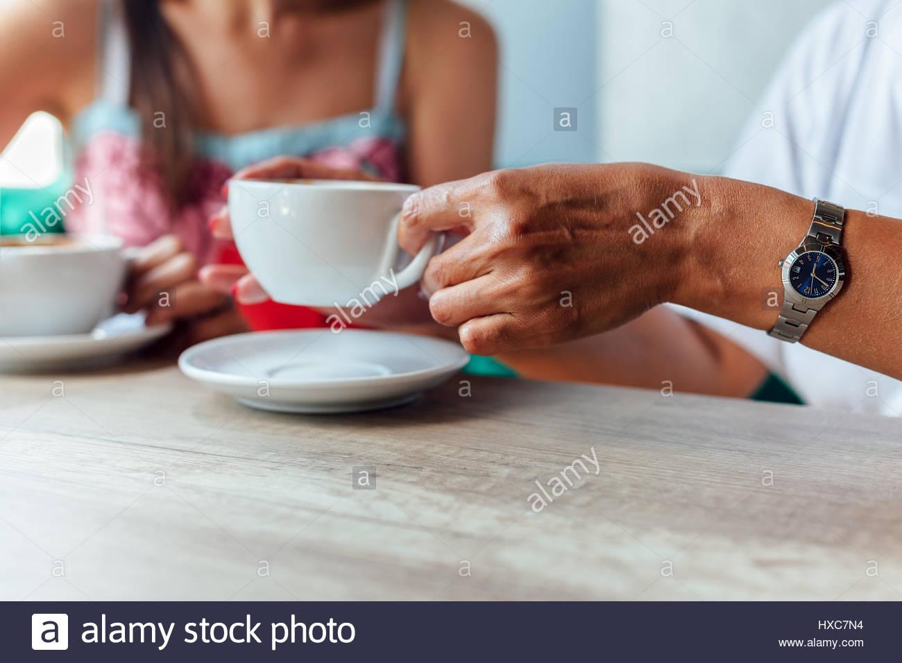 Kaffee Zeit, Mutter und Tochter trinkt Kaffee in einem Café. Stockbild