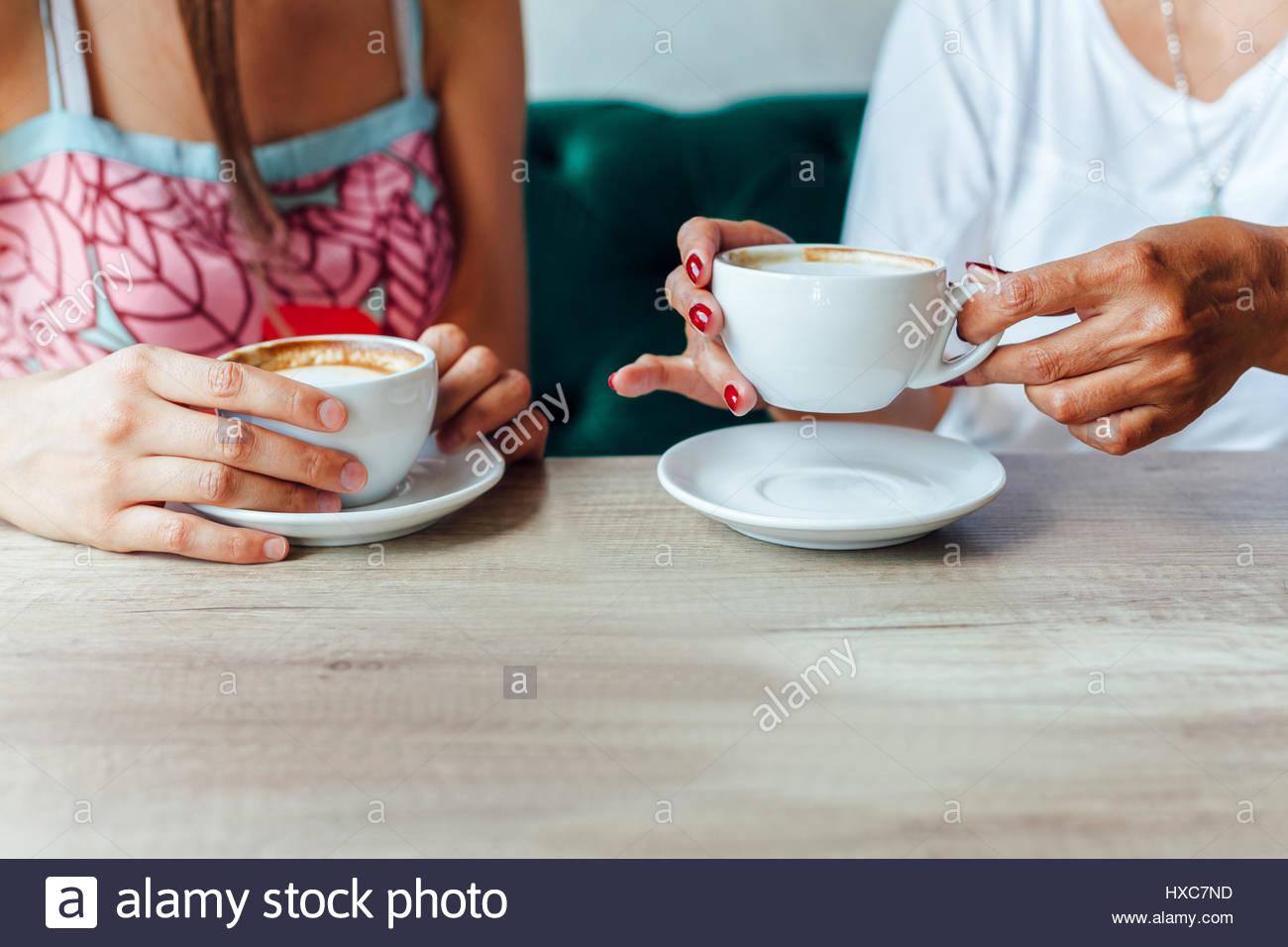 Mutter und Tochter genießen Sie den Geruch und Geschmack von Kaffee in Nahaufnahme Stockbild