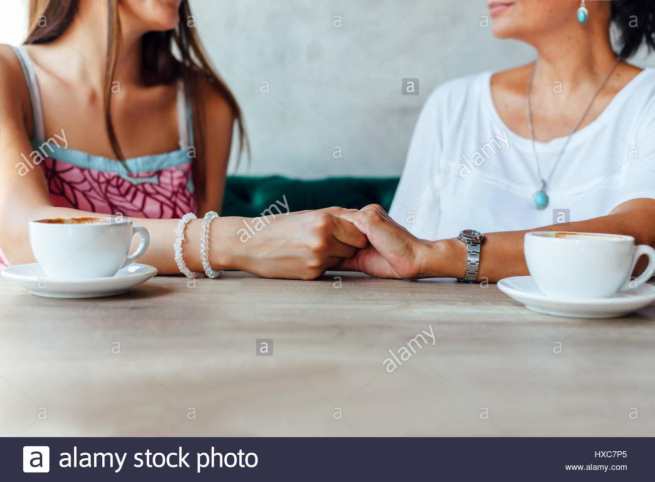 Zärtlichkeit Mutter und Tochter nach einer Tasse Kaffee in einem Cafe Stockbild