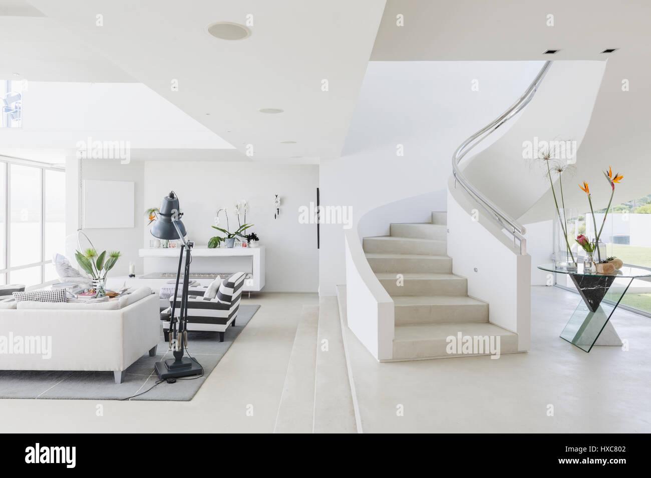 Weiße moderne Luxus nach Hause Schaufenster Wendeltreppe und ...