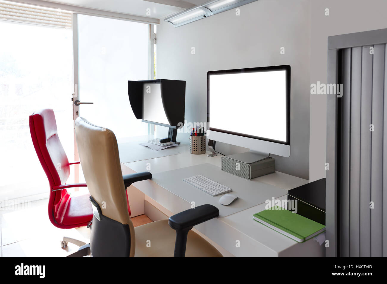 Designer Schreibtisch Mit Computer Bildschirmen In Weiß