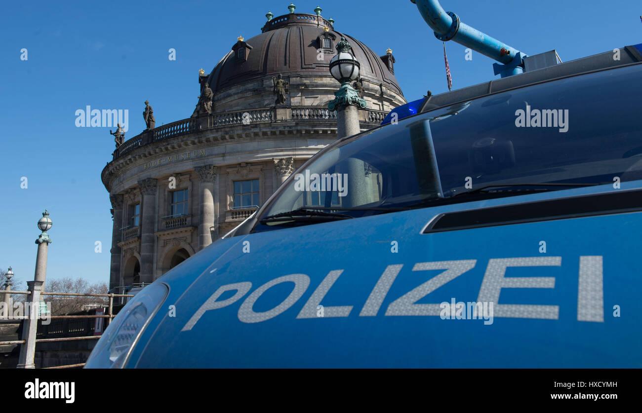 Ein Polizeiwagen Steht Vor Dem Bodemuseum In Berlin Deutschland 27