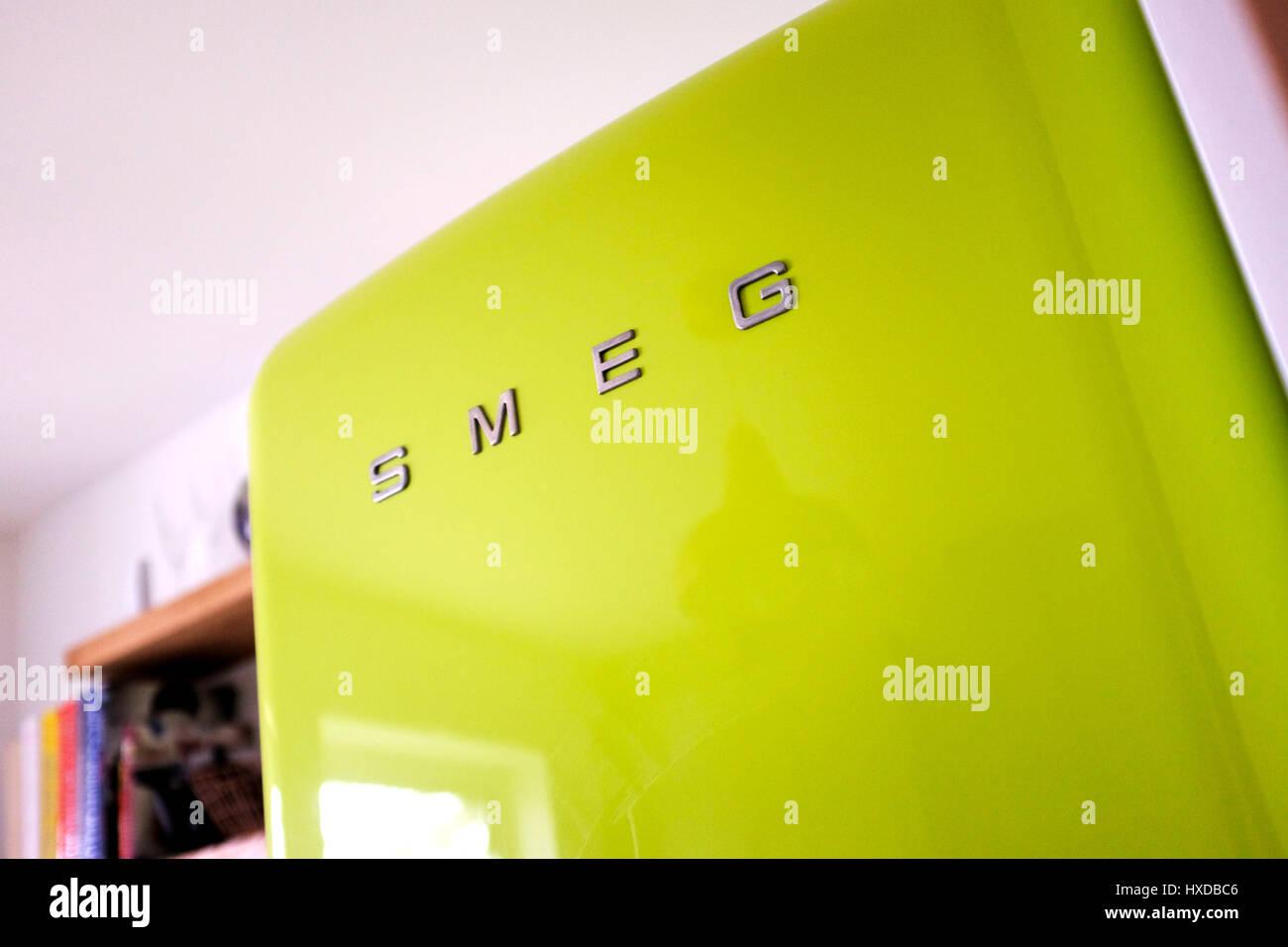 Smeg Kühlschrank Grün : Leuchtend grüne smeg kühlschrank mit gefrierfach in der küche