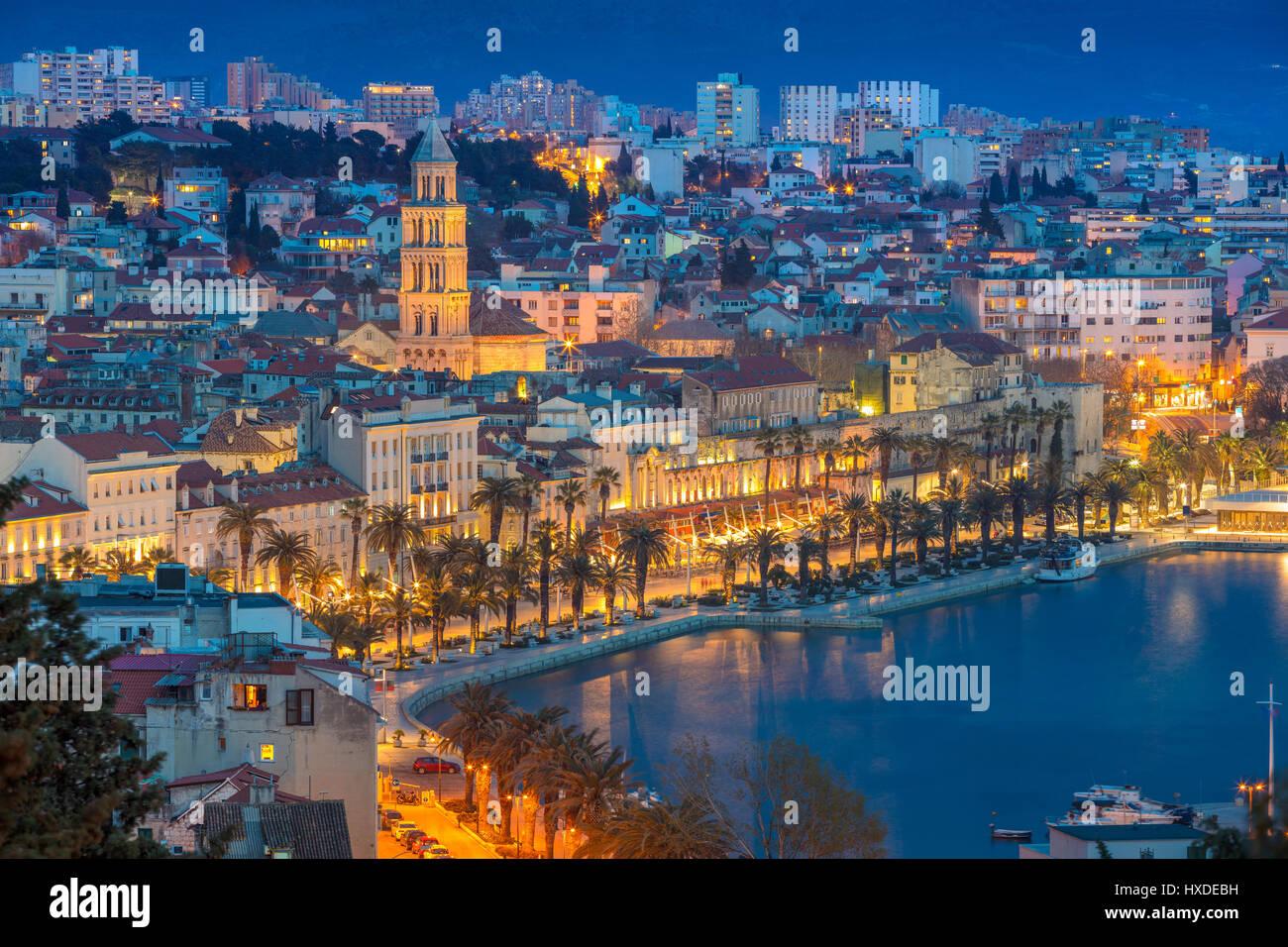 Split. Schöne romantische Altstadt von Split im blauen Dämmerstunde. Kroatien, Europa. Stockbild