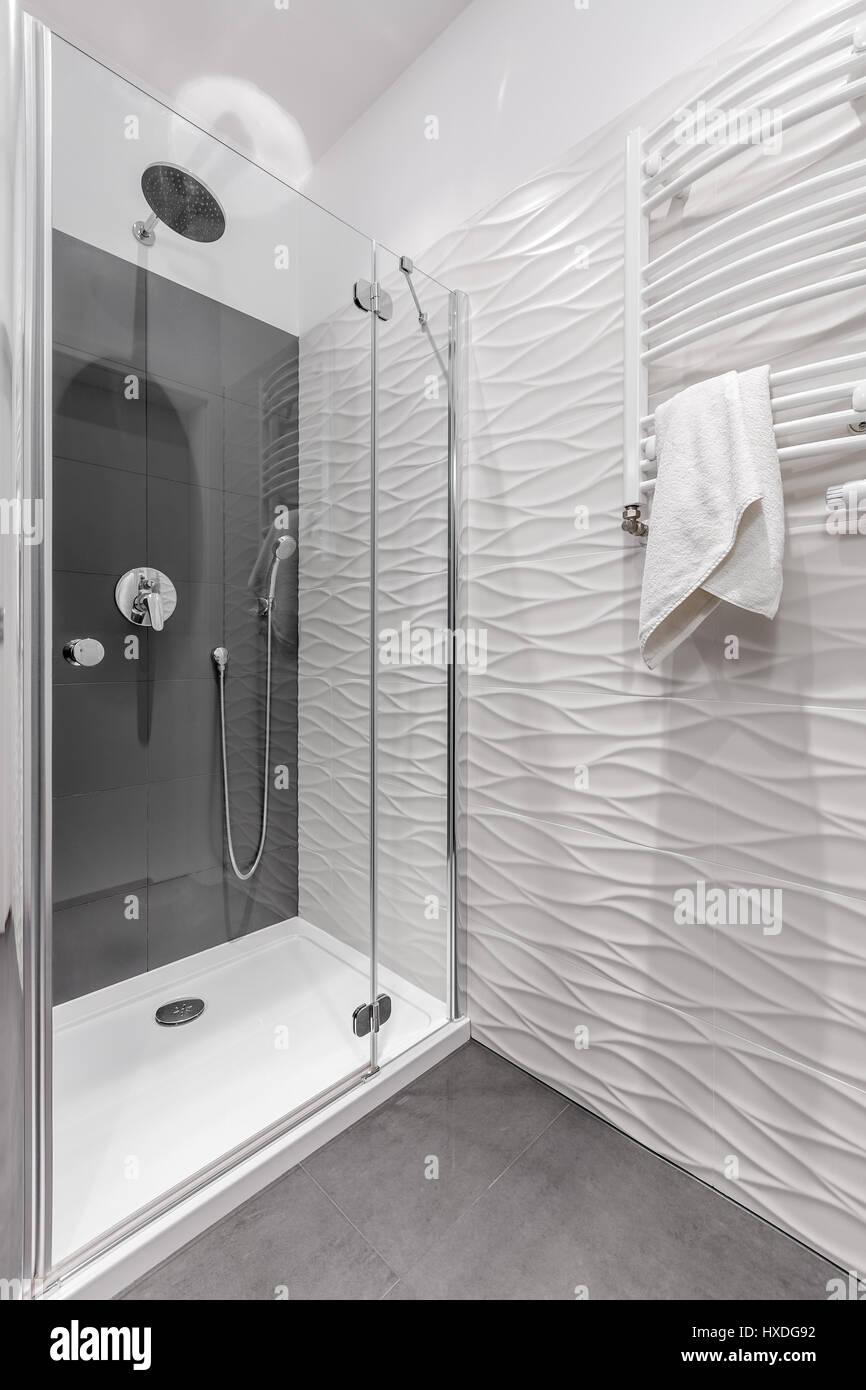 luxus badezimmer im appartement mit grosser dusche und gemusterten wei en fliesen an der wand. Black Bedroom Furniture Sets. Home Design Ideas