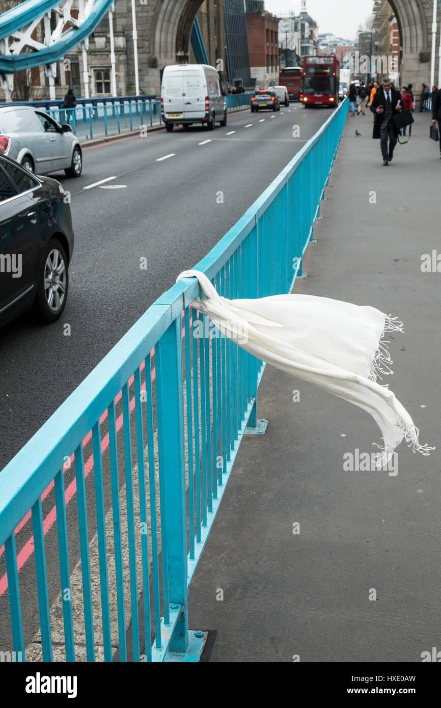 Schal gebunden Geländer Tower bridge london traurig poignant; Eigentum verloren Stockbild