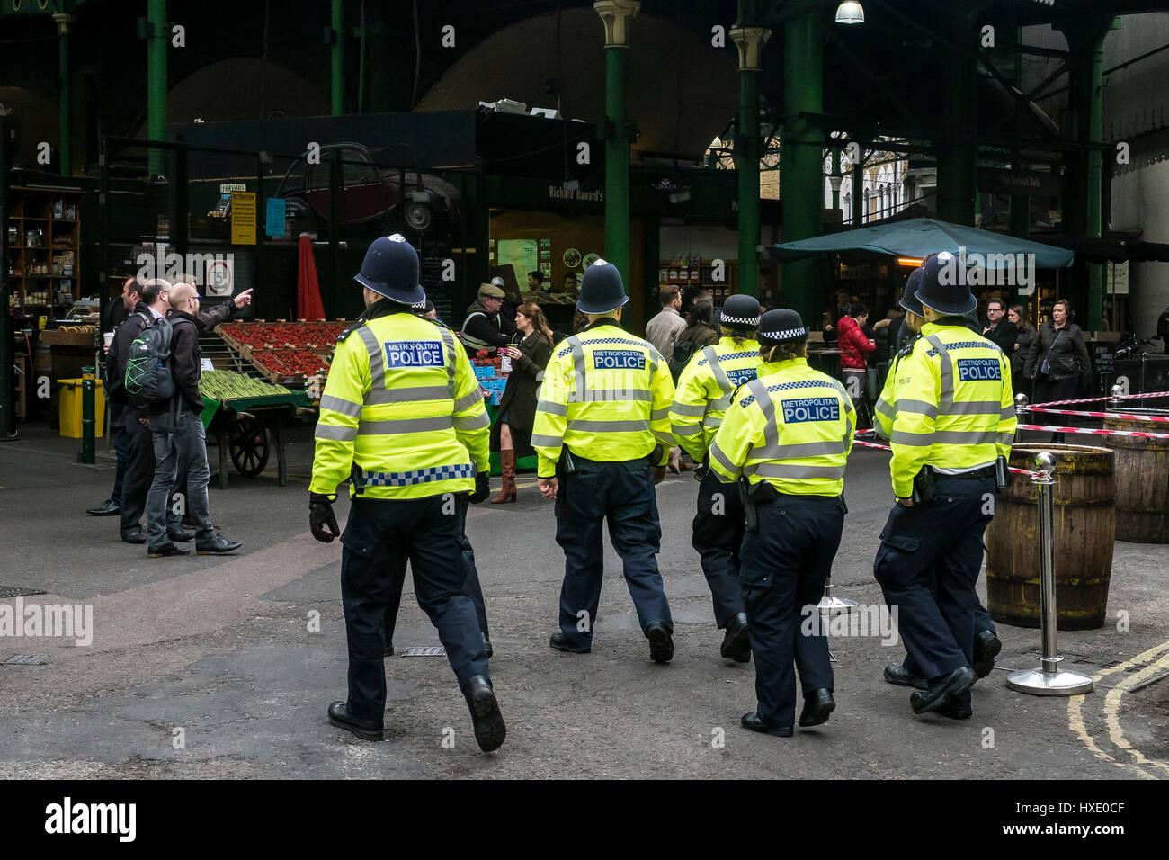 Gruppe Metropolitan Polizei Polizisten zu Fuß Borough Market Anwesenheit der Polizei Sicherheit Schutz london Stockbild