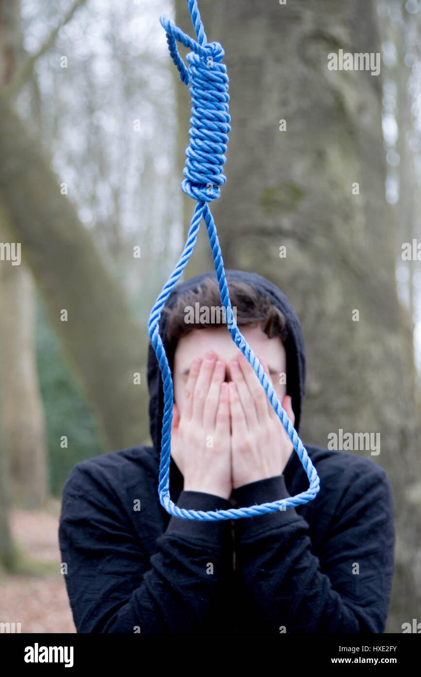 Deprimiert Teenager mit einer Schlinge des Henkers Stockbild