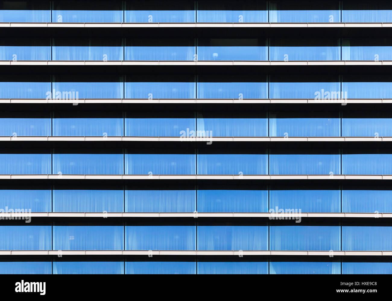 Modernes Gebäude Fassade, Wand gemacht von blauem Glas, Stahlrahmen ...