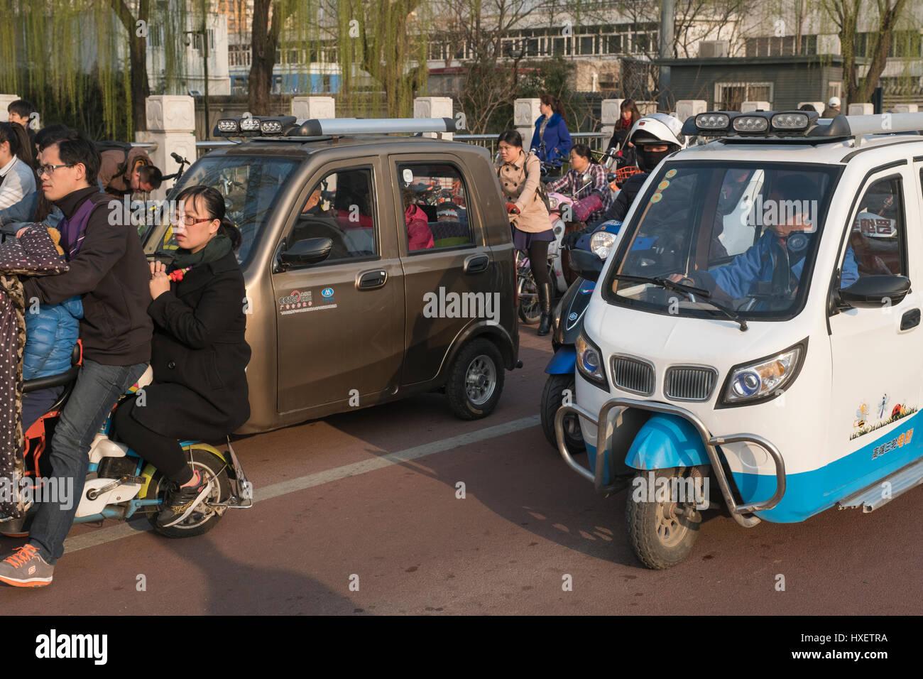 Nicht lizenzierte Mini-Elektro-Autos in Peking, China. 28. März 2017 Stockbild