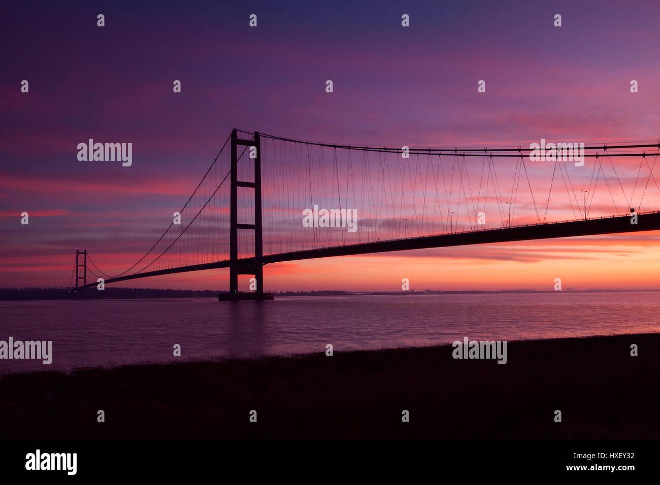 Barton-upon-Humber, North Lincolnshire, UK. 26. März 2017. Die Humber-Brücke bei Sonnenaufgang. Stockbild