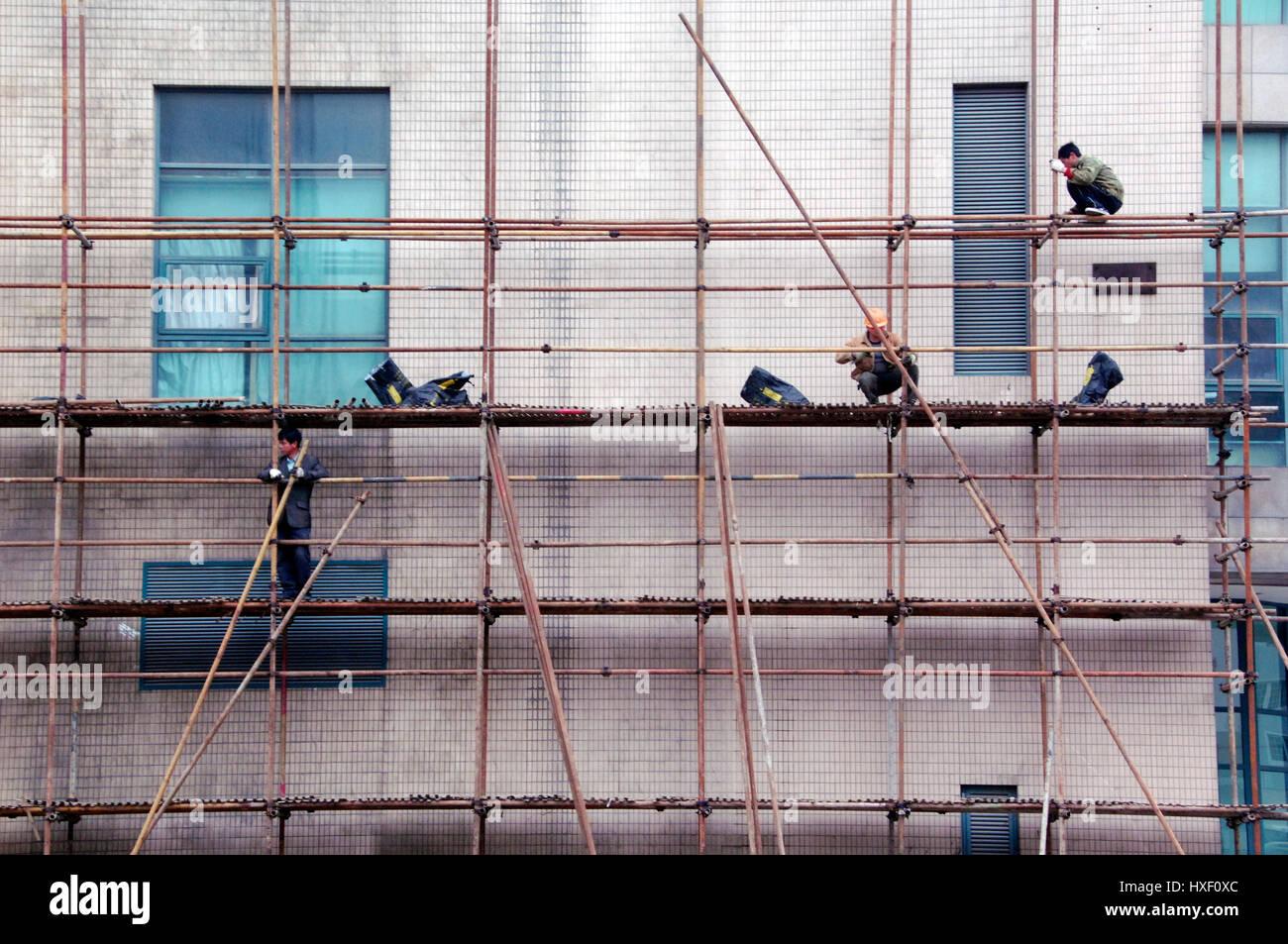 Arbeiter auf einem Bambus Konstruktion in Shanghai China