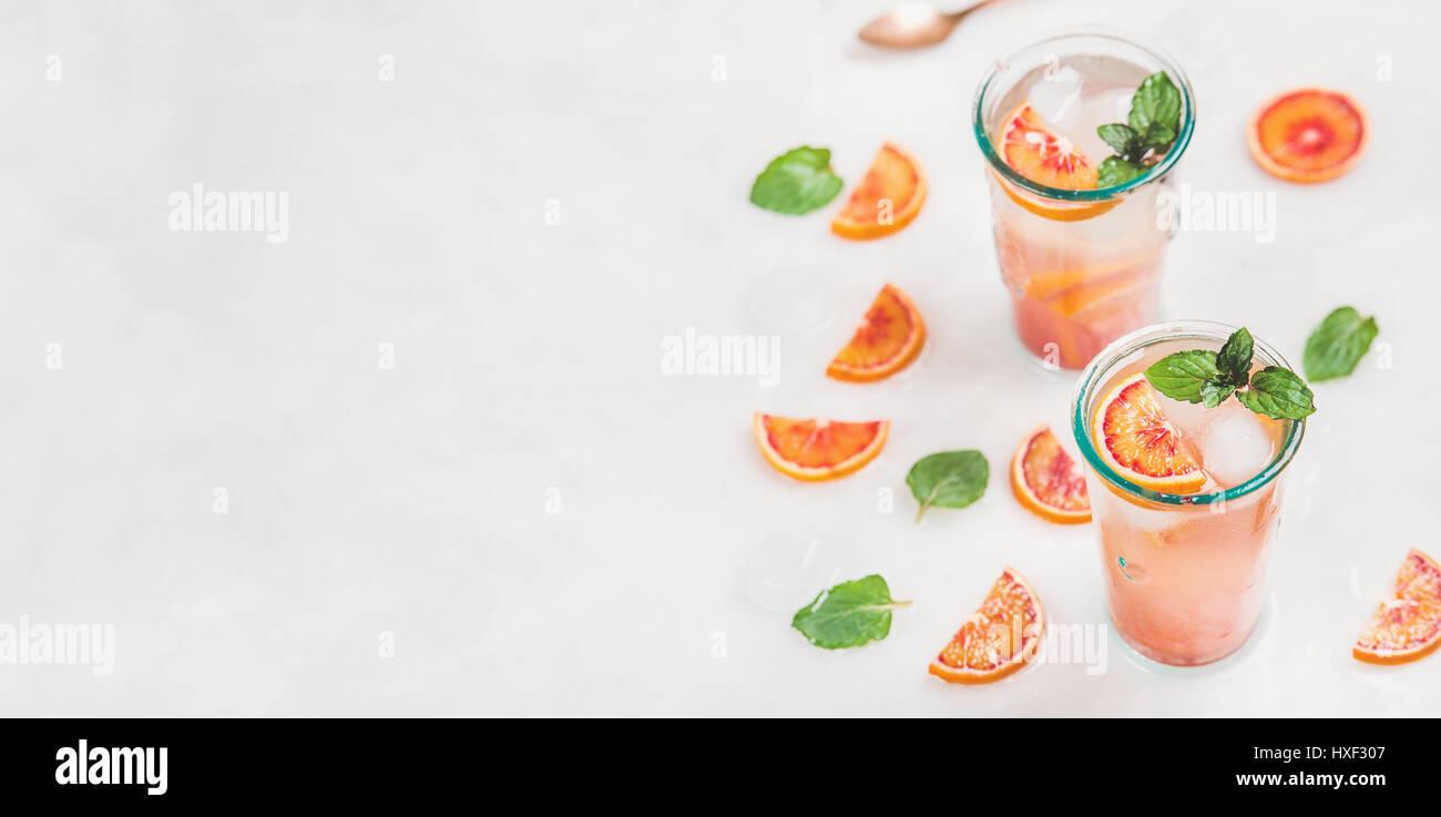 Hausgemachte Blut orange Limonade mit Minze und Eis Stockbild