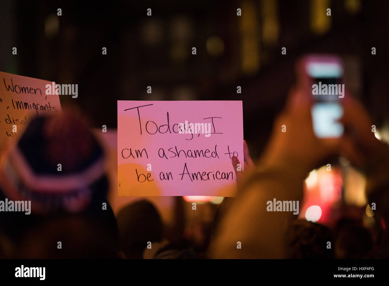 """Trump Demonstrant hält ein Schild mit """"Heute, ich schäme mich ein Amerikaner sein"""" beim Sammeln Stockbild"""