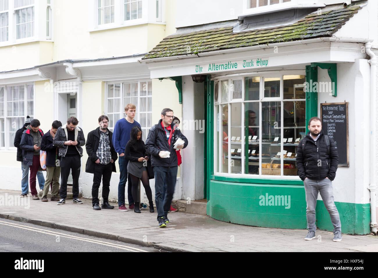 Eine Schlange von Menschen außerhalb der Alternative Tuck Shop, Holywell Straße, Oxford, Oxfordshire UK Stockbild