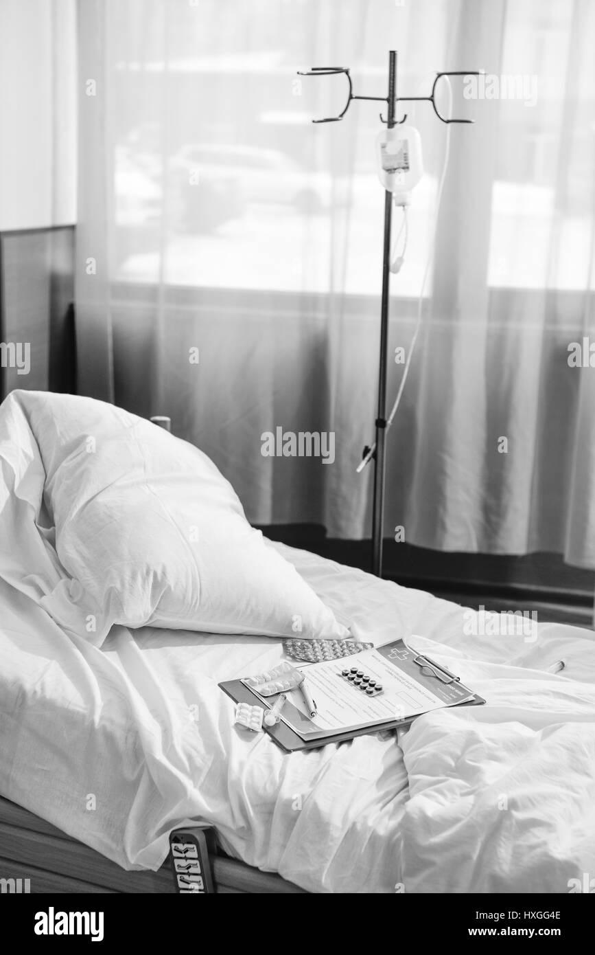 schwarz / weiß Foto von leeren Bett im Krankenhaus Kammer ...