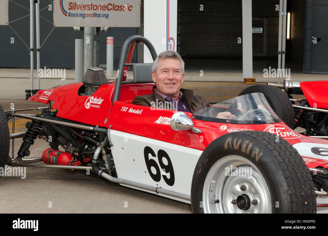 Rennfahrer und TV-Moderatorin, Tiff Needell, sitzen im Cockpit von seinem restaurierten Lotus 69 FF Rennwagen bei Stockbild