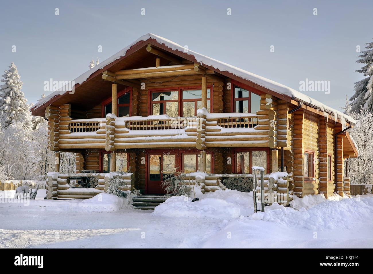moderne blockhaus ferienhaus aus holz winter holz haus. Black Bedroom Furniture Sets. Home Design Ideas