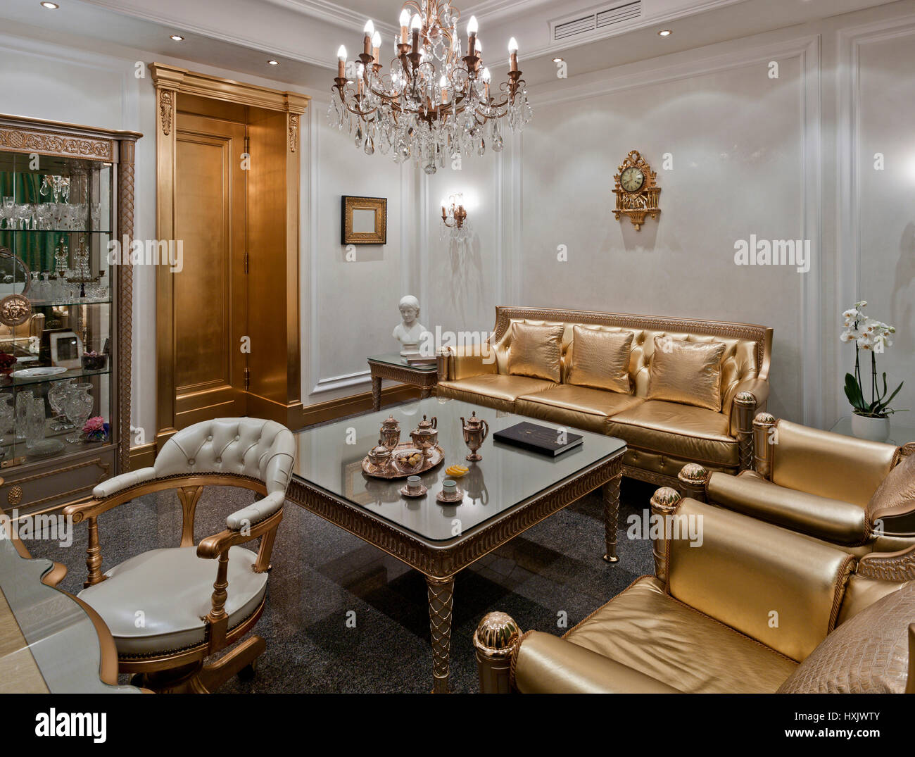showroom luxus interieur in moskau im klassischen stil mit einem gold m bel stockfoto bild. Black Bedroom Furniture Sets. Home Design Ideas