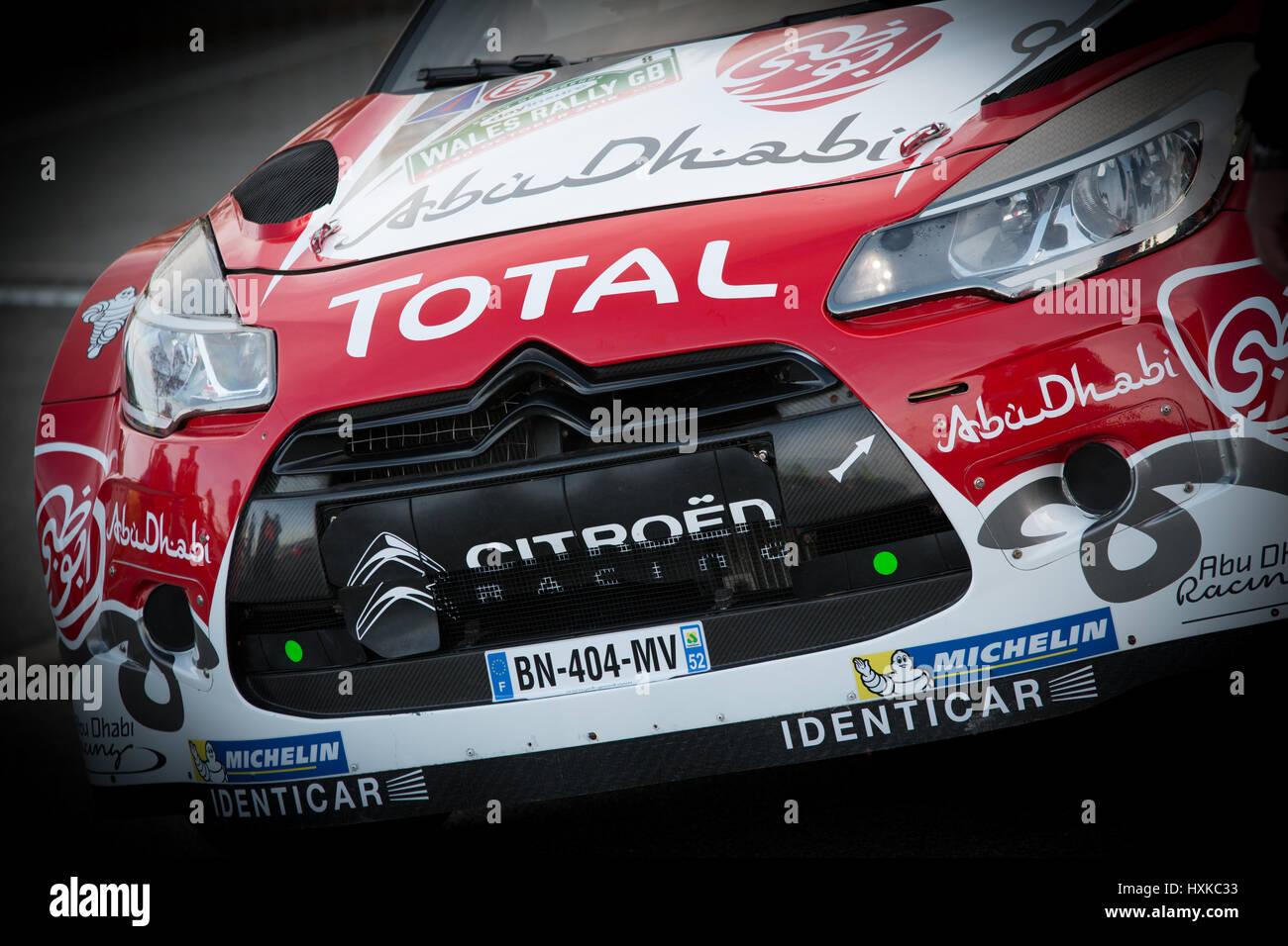 Citroen DS3 WRC von Kris Meeke sitzt im Bereich Neugruppierung vor der feierlichen Beginn des Wales Rally GB 2016 Stockbild