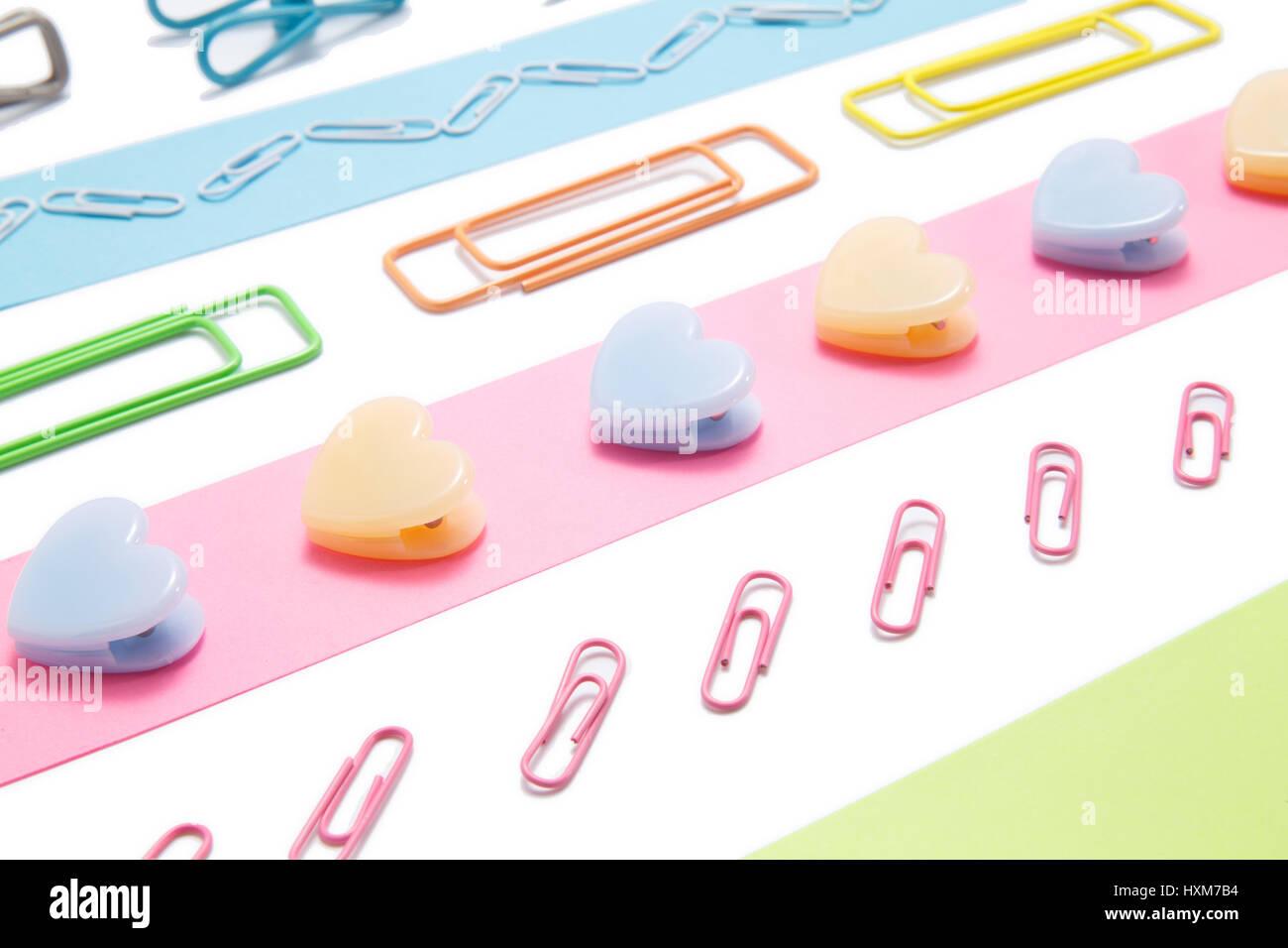 Farbige Streifen aus Papier mit clips Stockfoto