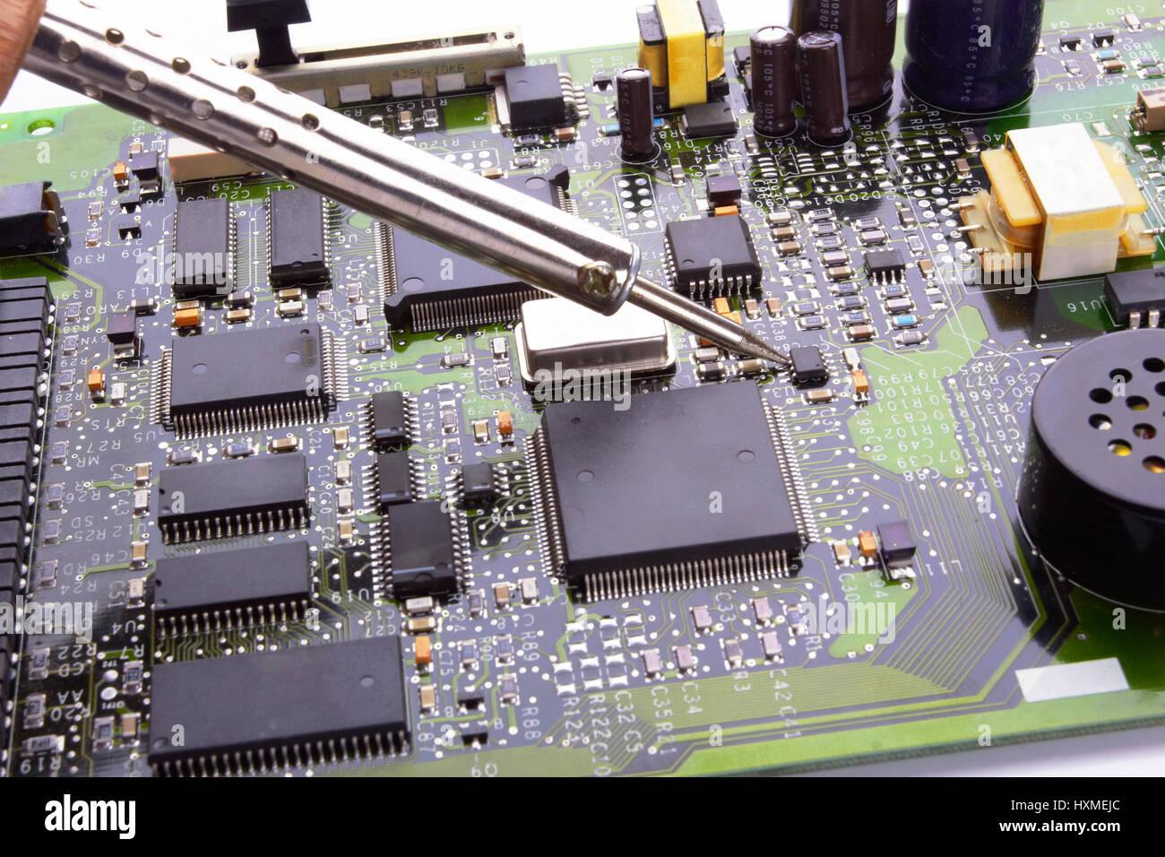 micro Computer-Platine mit Löten Eisen und Zinn Draht im Elektronik ...