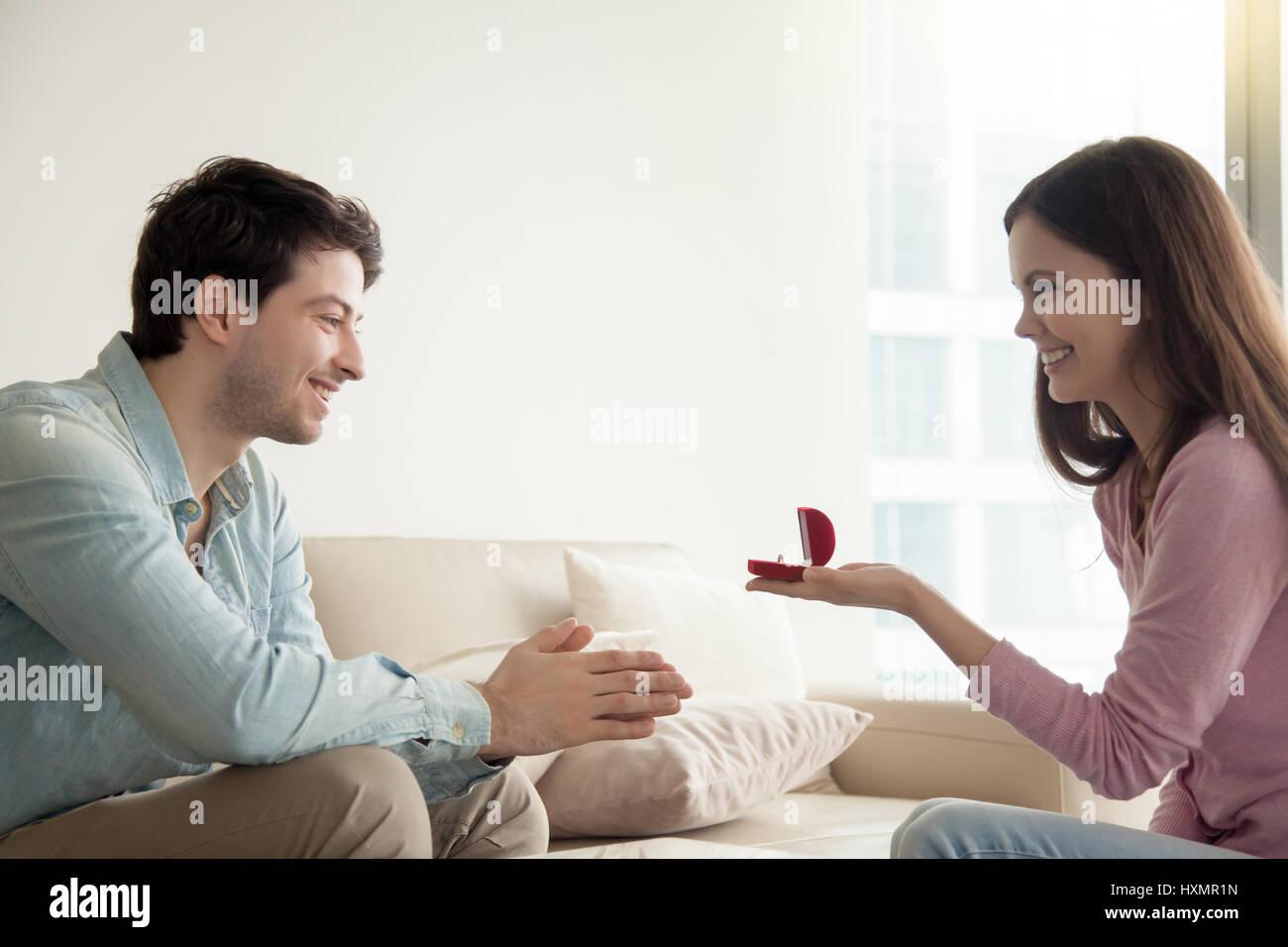 Junge Frau Geben Verlobungsring Schlagt Freund Zu Heiraten