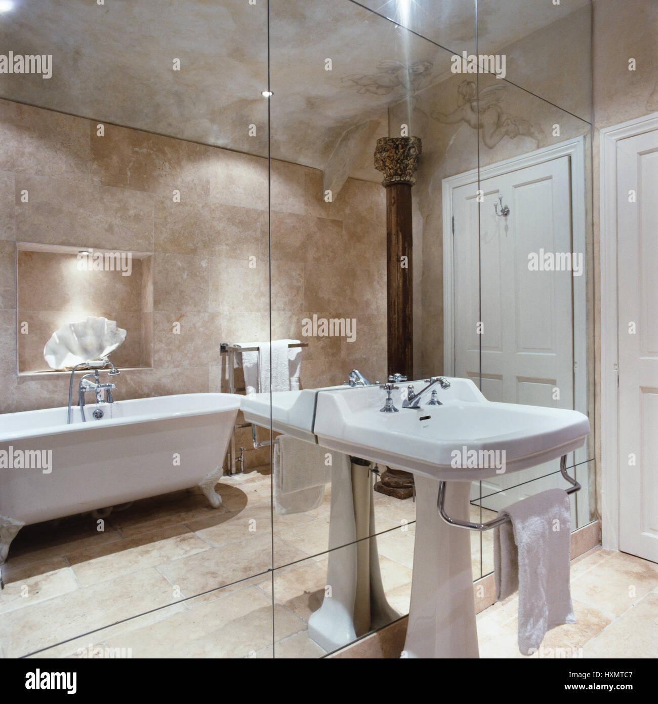 badezimmer mit einer spiegelwand stockfoto, bild: 136911831 - alamy