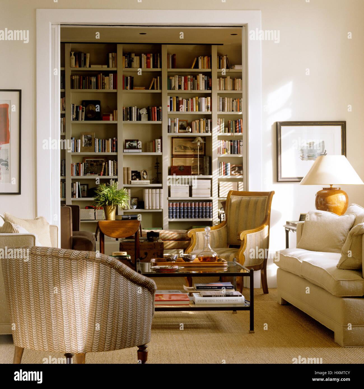 Wohnzimmer Mit Bücherregal Stockfoto Bild 136911851 Alamy