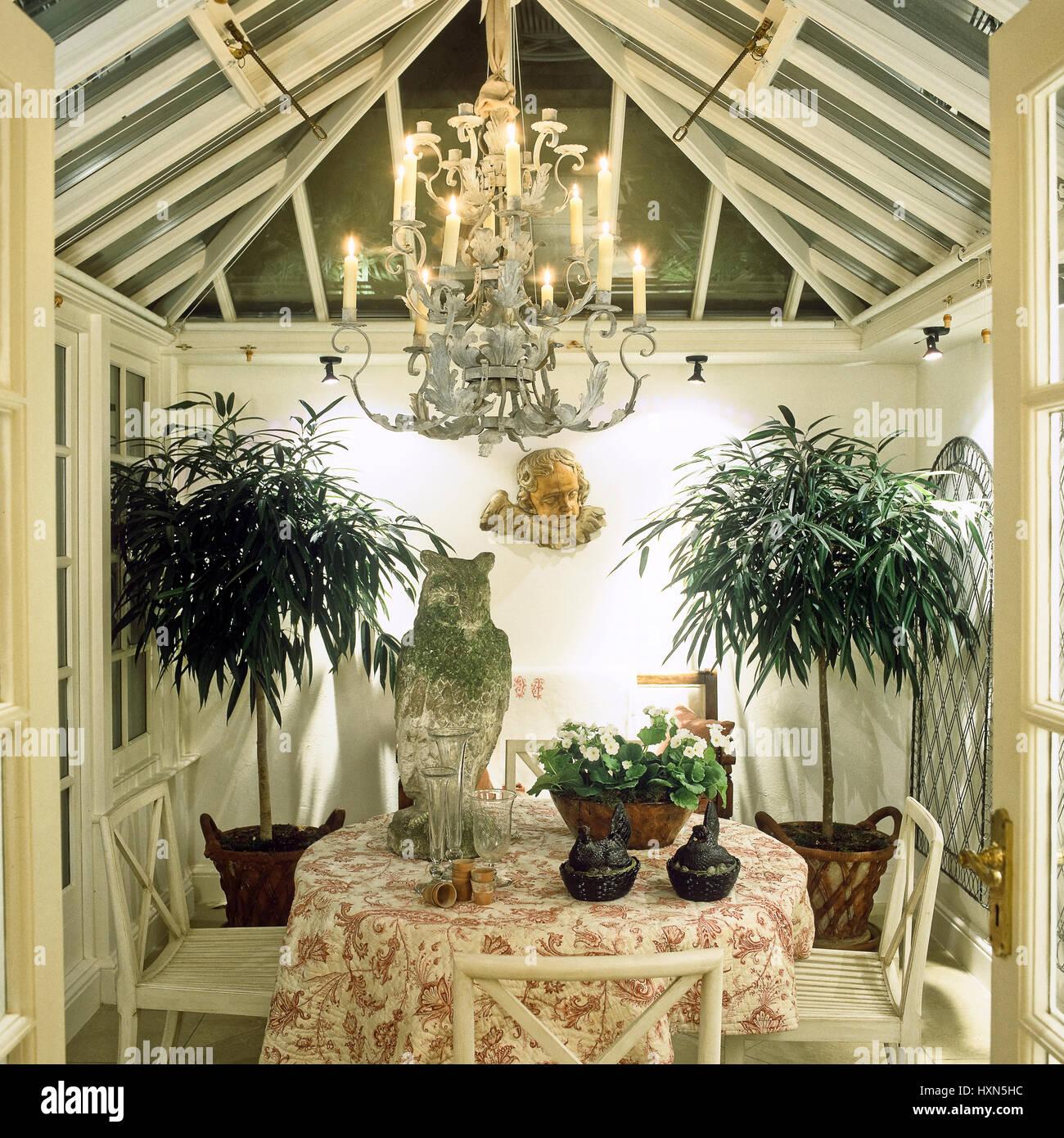Esszimmer Mit Topfpflanzen Und Kronleuchter Stockfoto Bild
