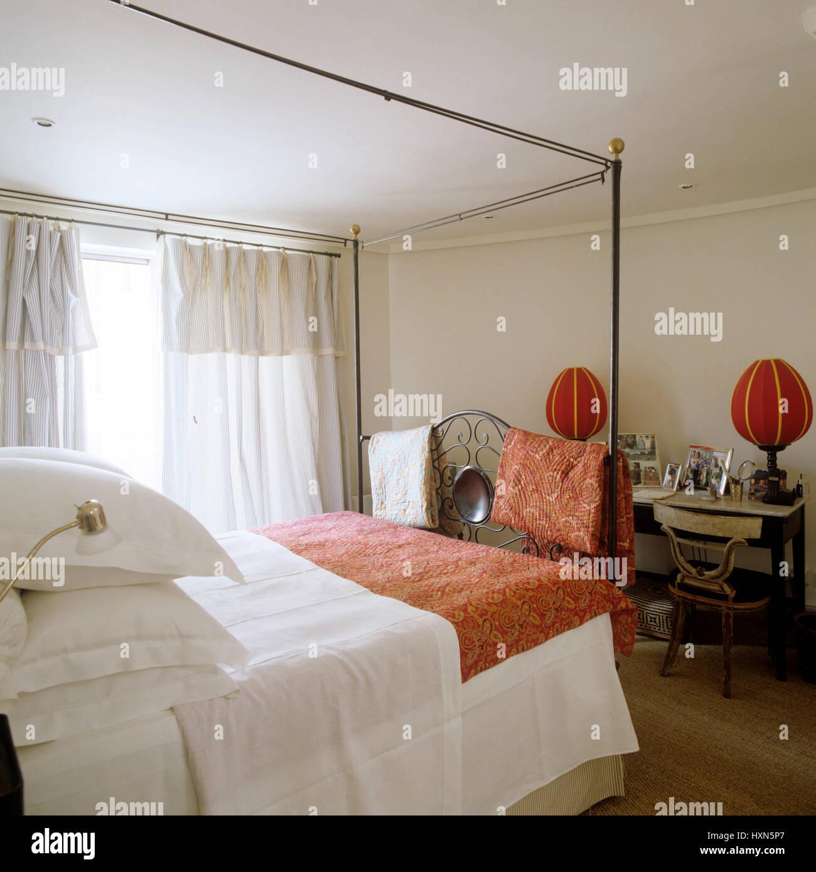 Himmelbett im Schlafzimmer mit roten Akzenten Stockfoto, Bild ...
