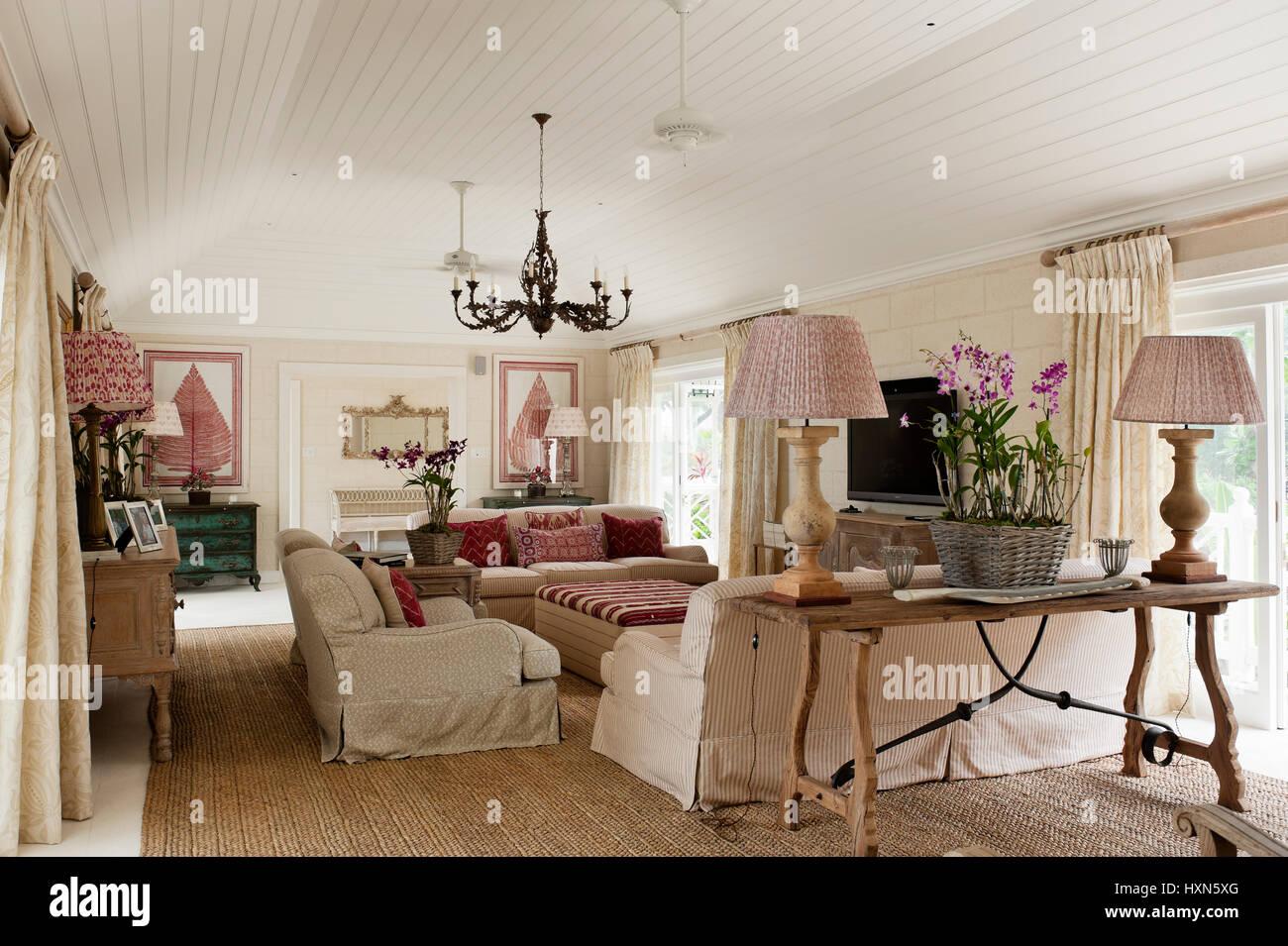 Rot Und Weiss Wohnzimmer Mit Lampen Stockfoto Bild 136919288 Alamy