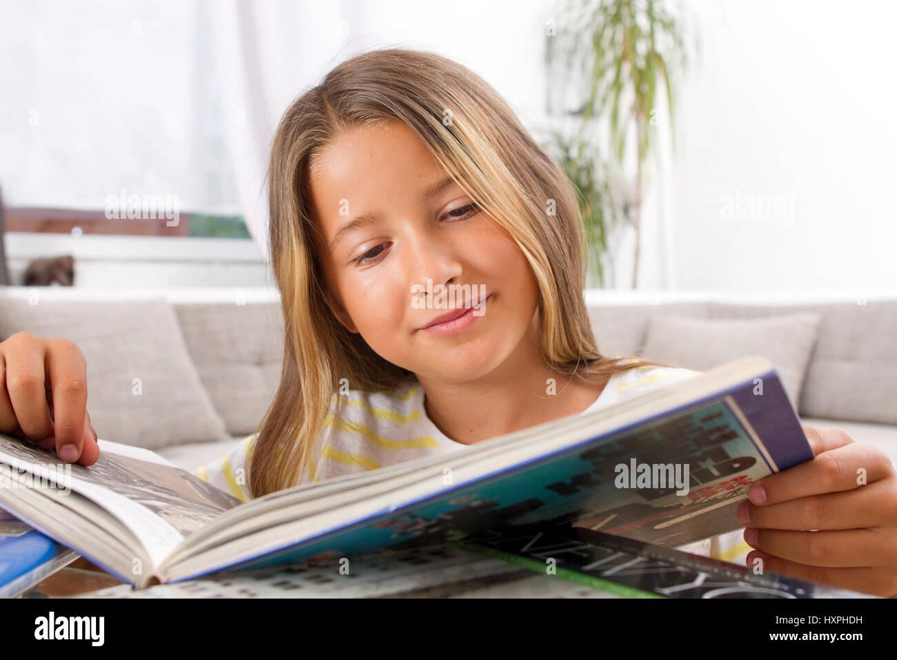 Primäre Schüler liest, Grundschülerin liegst Stockbild