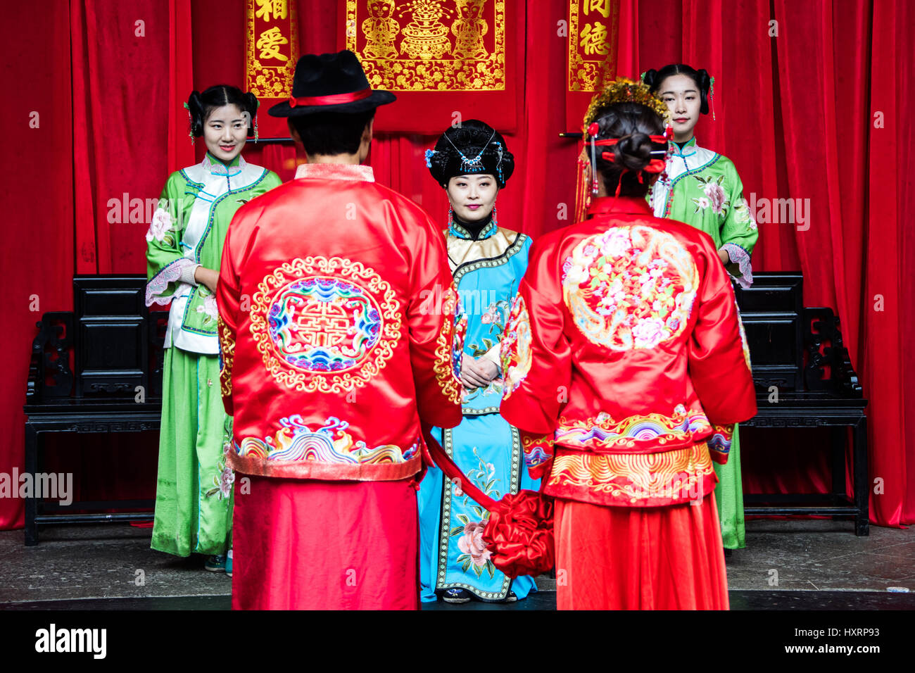 Hochzeit-Reenactment tragen traditionelle Kleidung, Xidi ...