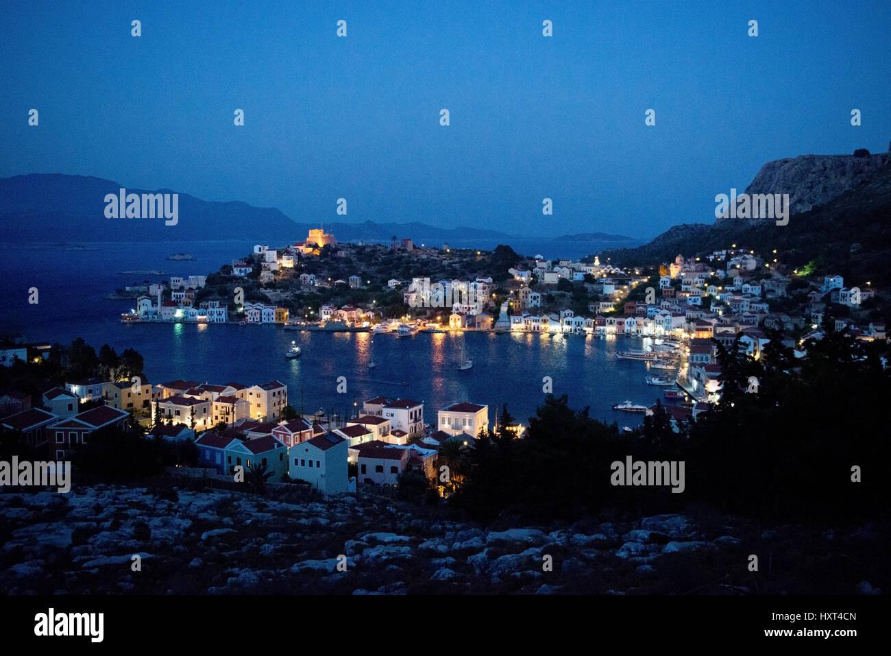 Erhöhte Sicht Auf Abendliche Bucht, Blaue Stunde Mit Bunton Formprinzipien Und Beleuchtung, Küste Im Hintergrund, Stockbild
