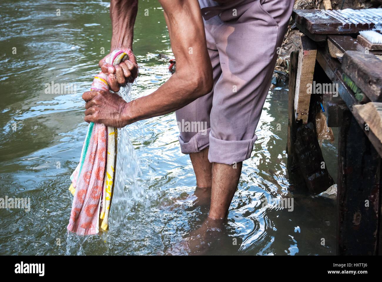 Ein Mann Waschen Handtuch im Ciliwung River, Jakarta, Indonesien. © Reynold Sumayku Stockfoto