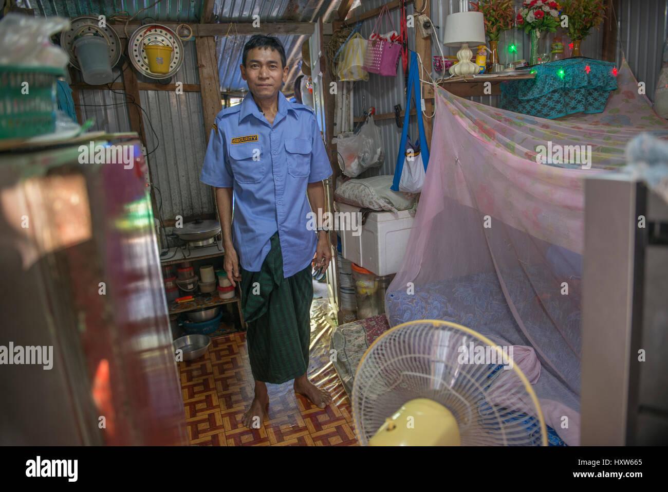 Ein armer Thai Mann stellt sich zu Hause in Phuket, Thailand. Neun ist ein Wachmann für eine Luxus-Immobilie. Stockbild