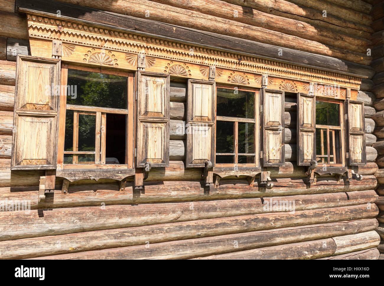 Russische Blockhäuser die traditionelle ländliche russische alte architektur windows