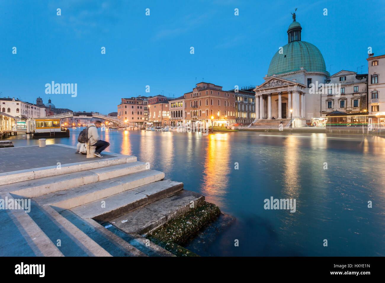 Nacht fällt auf den Canal Grande in Venedig, Italien. Berühmte Kuppel von San Simeone Piccolo. Stockbild