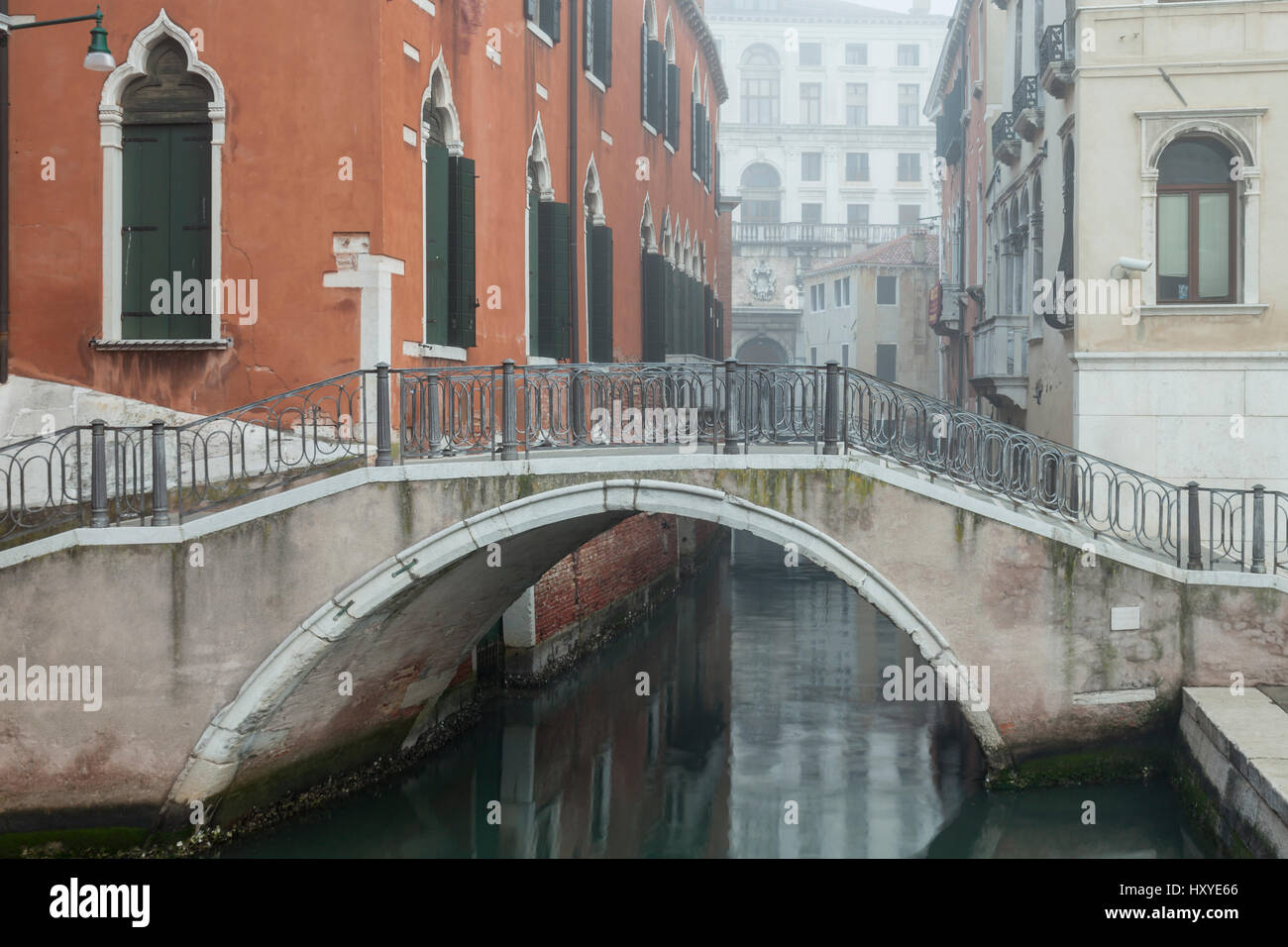 Nebligen Morgen im Sestiere Dorsoduro, Venedig, Italien. Stockbild