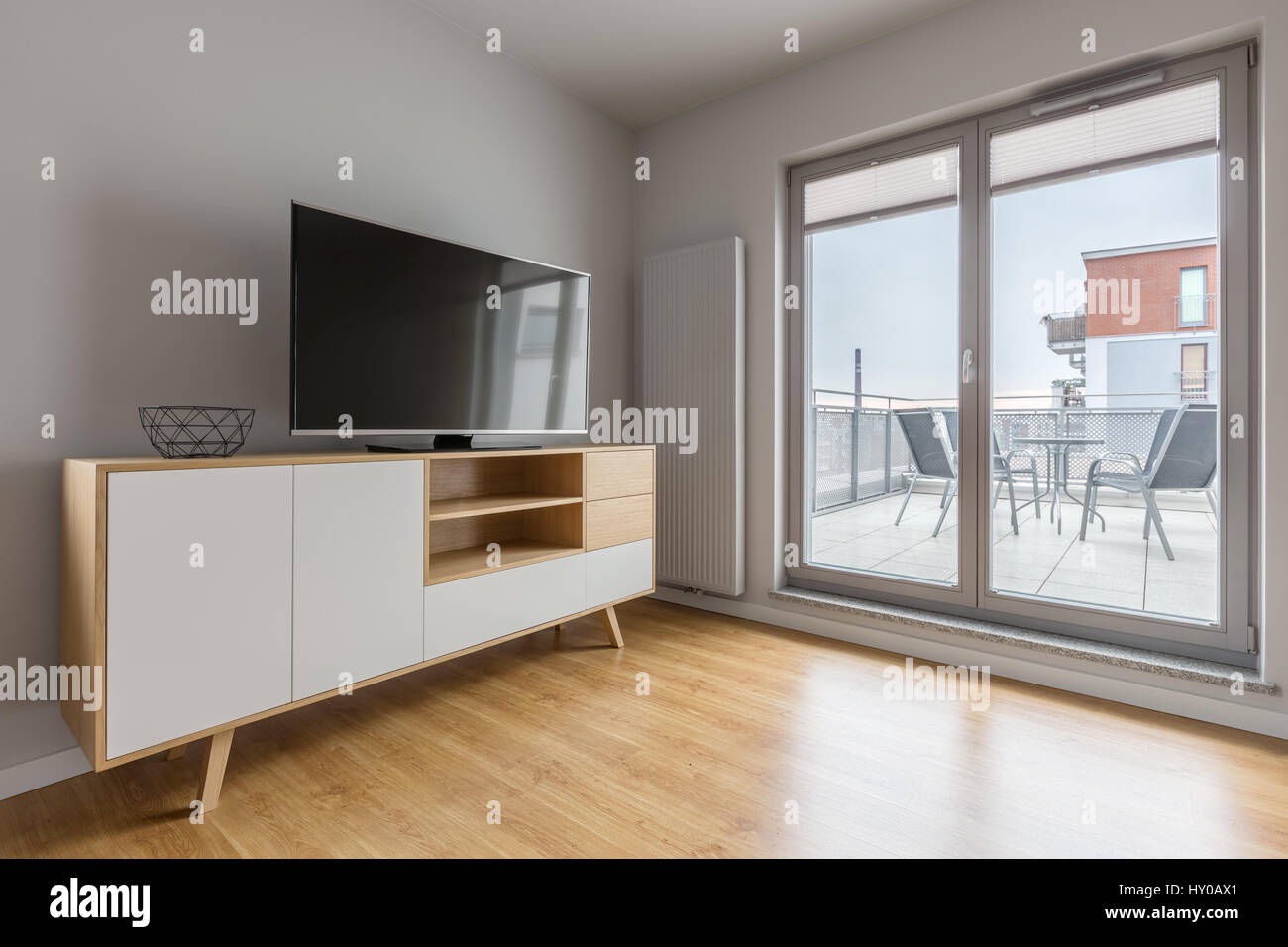 Grau Tv Wohnzimmer Mit Einfachen Schrank Bodenplatten Und Balkon