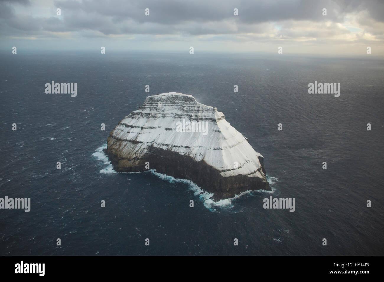 Schnee bedeckten Inseln gesehen von einem Hubschrauberflug, Frodba mit Atlantic Airways auf den Färöer Inseln. Stockfoto